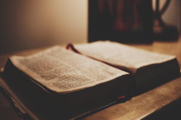 imagem da biblia com fundo escuro