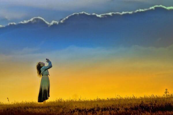 Imagem de pessoa pedindo aos ceus